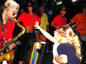 Дмитрий играет для детей на саксофоне